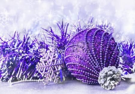 Detalles de decoración navideña en color morado