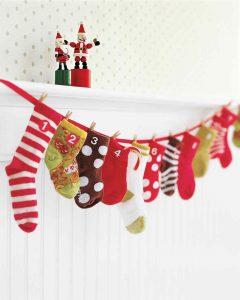Calendario de Adviento con calcetines de bebe