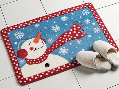 También debemos cuidar los pequeños detalles, como por ejemplo, estas botas de Santa donde guardar los cepillos, dejar la pastilla de jabón, o un dispensador de gel para las manos. Simpáticos, ¿verdad?
