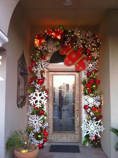 Puertas navideñas decoradas con copos de nieve-esferas,luces y guirnaldas navideñas