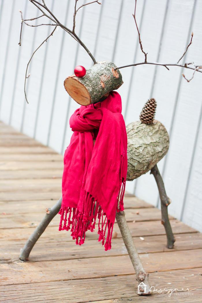 cómo hacer un reno de Navidad con troncos