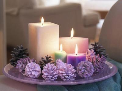 Bonita decoración navideña con morado y velones
