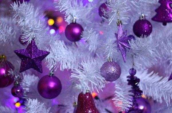 Imagenes con ideas para decorar el árbol de navidad con morado
