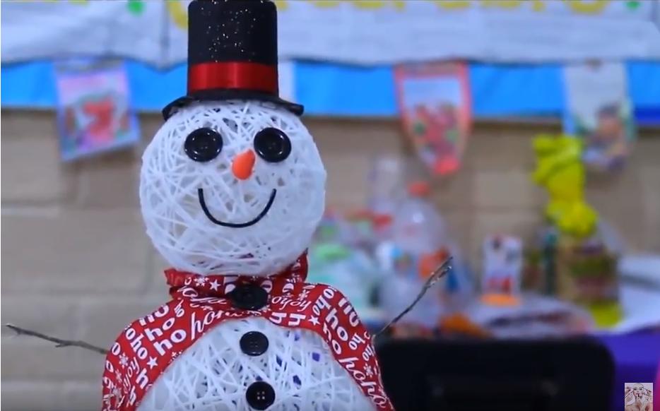 Manualidad de un muñeco de nieve con globos e hilo.