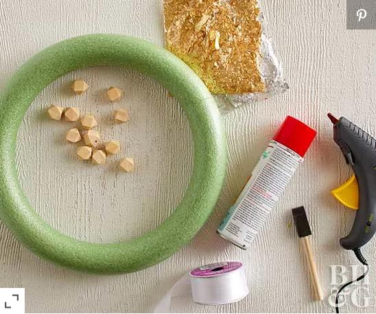 Materiales para realizar corona navideña con cuentas de madera